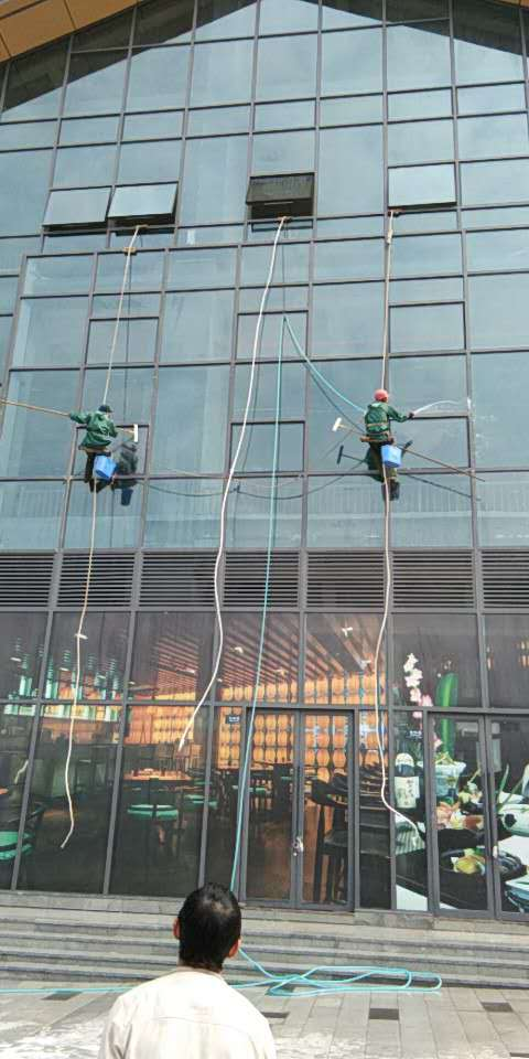2018年10月17日长江之星外围玻璃清洗由重庆美万家保洁服务有限公司承接并保值完成,取得甲方领导肯定及好评!