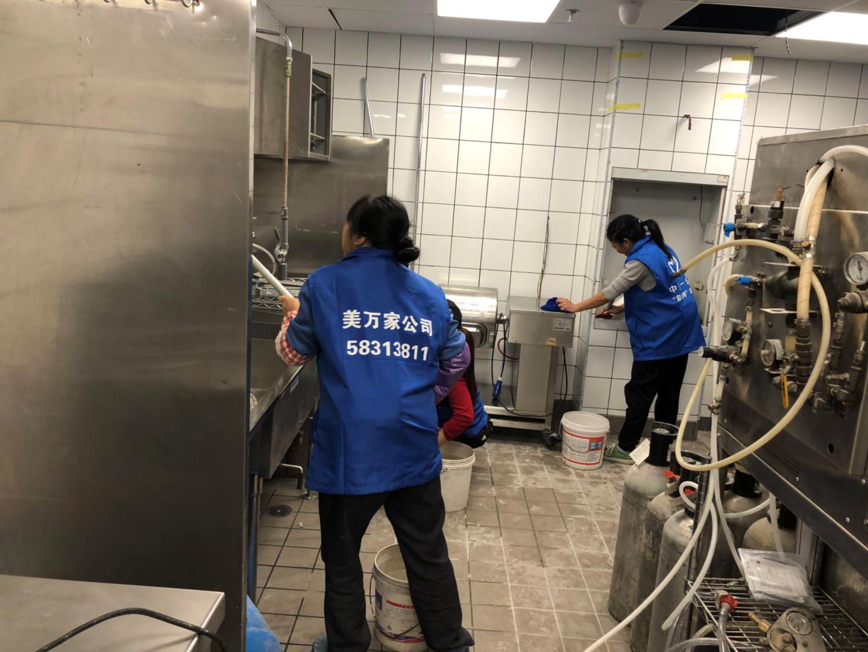 2019年10月22日百盛麦当劳开荒保洁由重庆美万家保洁公司承接并顺利完工