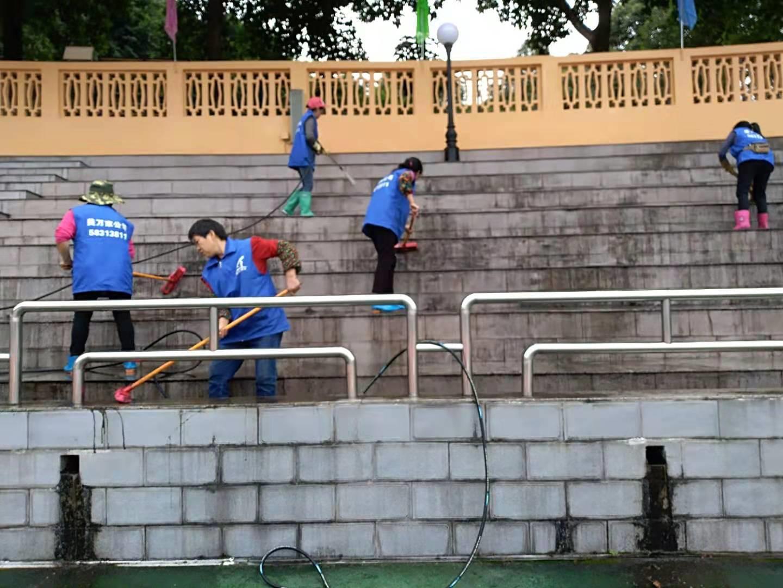 万州中学观众台清淤由重庆美万家保洁公司承接并顺利完工