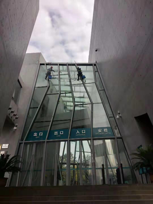 三峡移民纪念馆玻璃幕墙清洗由重庆美万家保洁公司承接并顺利完工